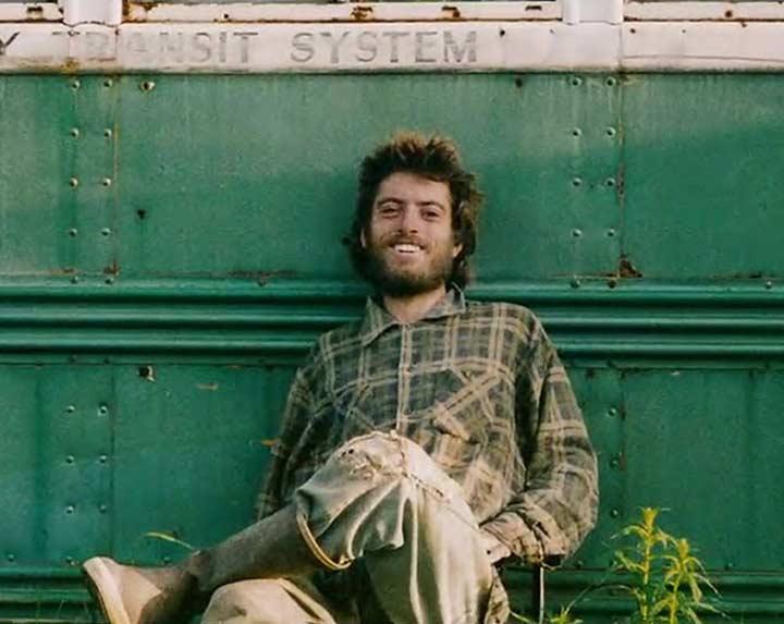 כריס מקנדלס ליד אוטובוס הקסמים, Into the Wild